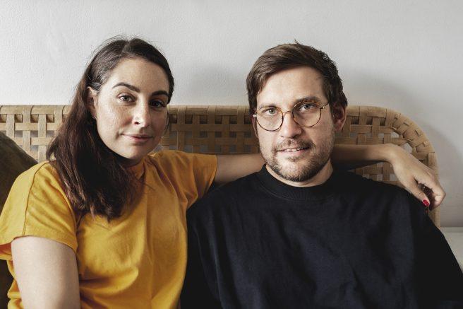 2 unge mennesker sitter i sofa
